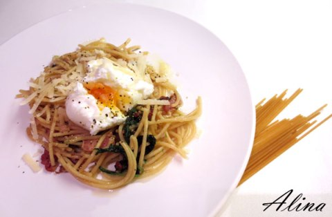Bacon and spinach pasta with poached egg